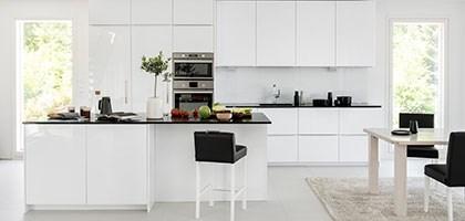 Mustat komposiittialtaat keittiössä ja kodinhoitohuoneessa